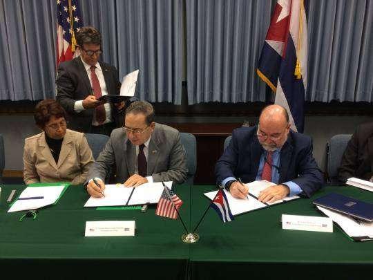 El viceministro primero del CITMA Fernando González y el Director interino del Servicio Geológico estadounidense, William Werkheiser, en la firma del memorándum sobre Sismología. Foto: Minrex.
