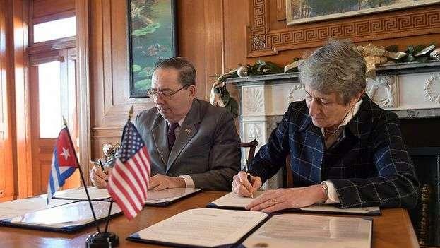 Sally Jewell, secretaria del Interior de los Estados Unidos (derecha) y Fernando González, viceministro primero cubano de Ciencia, Tecnología y Medioambiente, en la firma del Memorando de Entendimiento. Foto: Flirck.