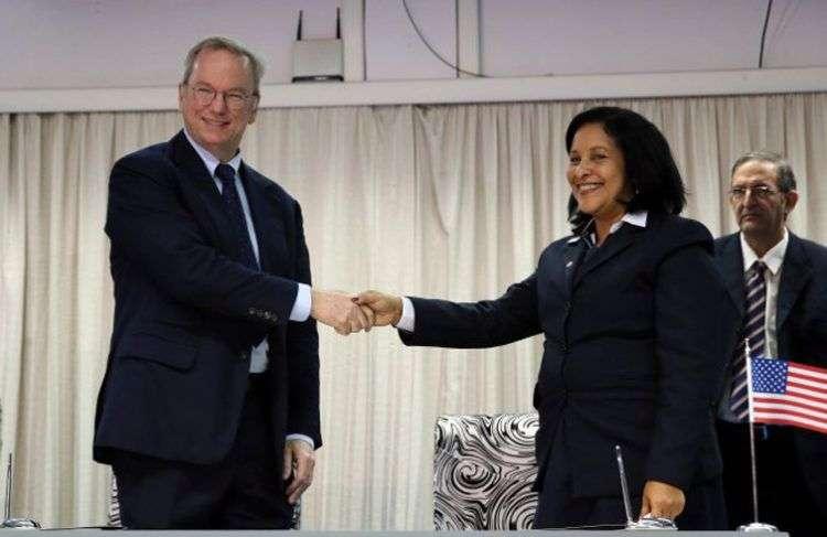 Eric Schmidt, presidente ejecutivo de Google, y su par de ETECSA, Mayra Arevich Marín, tras la firma del acuerdo entre ambas empresas. Foto: Radio Rebelde.