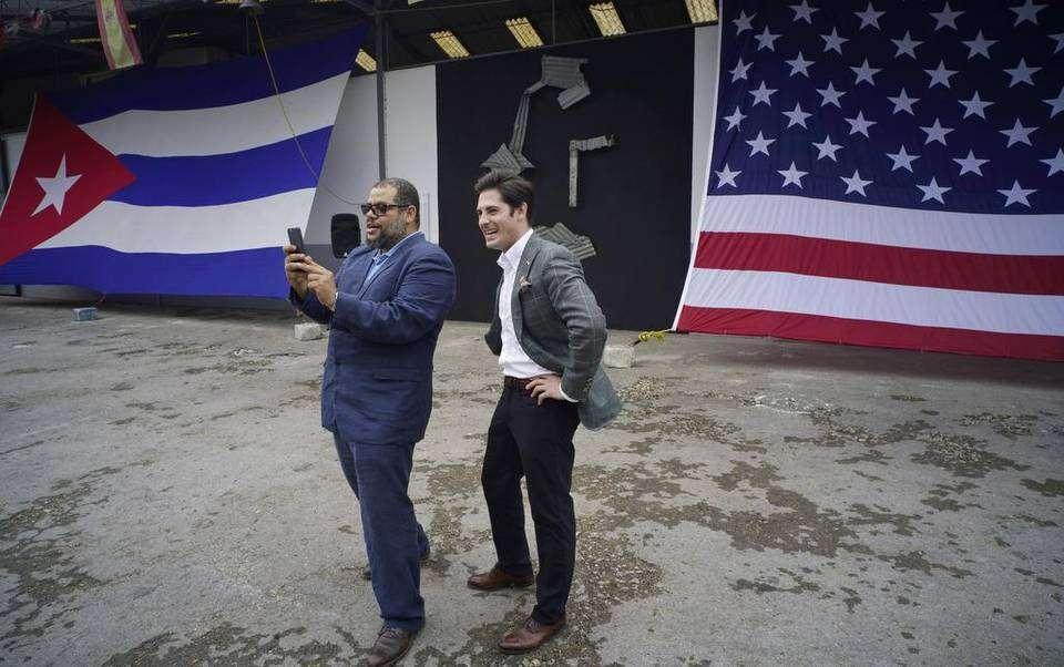El artista plástico, Kcho, junto a Brett Perlmutter, de Google Access and Energy. Foto: Ramón Espinosa / AP.