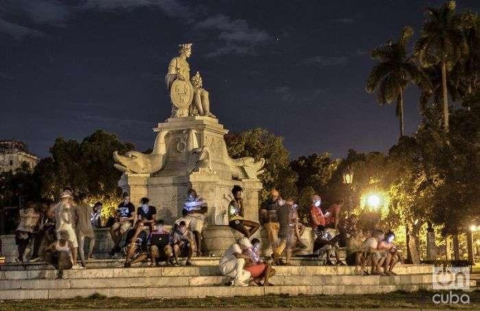Cubanos conectados a la wifi de Etecsa en la Fuente de La India, en La Habana. Foto: Kaloian.
