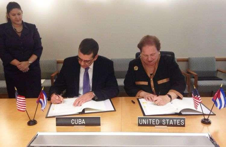 José Ramón Cabañas Rodríguez, embajador de Cuba en los Estados Unidos, y Mari Carmen Aponte, consejera especial para los Asuntos del Hemisferio Occidental del Departamento de Estado norteamericano. Foto: Embajada de Cuba en Estados Unidos.