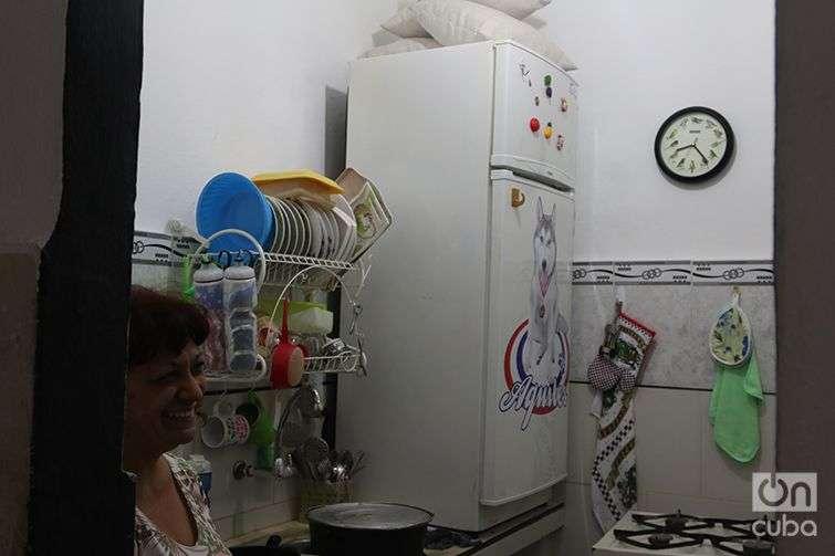 The refrigerator on the kitchen counter, also in the home of Antonio Romero. Photo: Ismario Rodríguez.