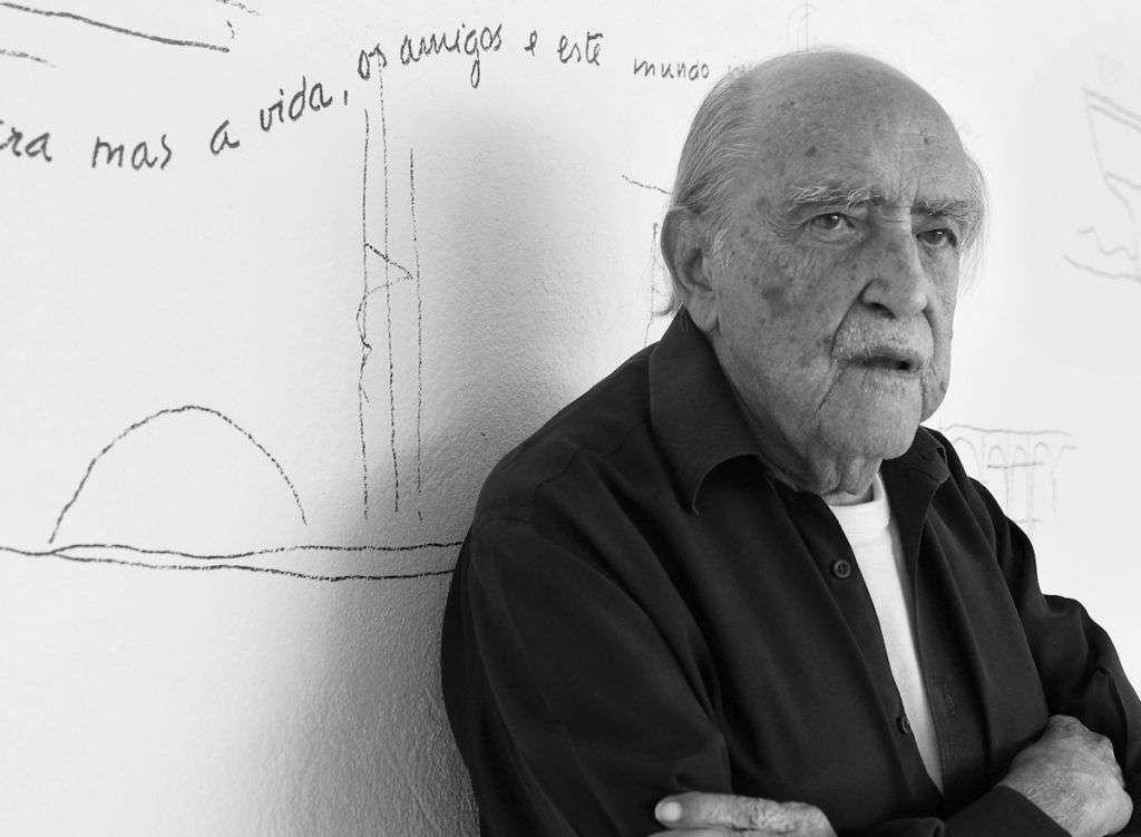 Oscar Niemeyer es conocido como el poeta de las curvas por la presencia permanente de estas en su obra arquitectónica.