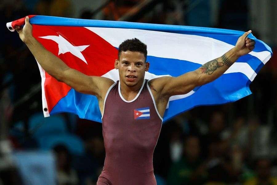 Ismael Borrero luego de ganar la medalla de oro en la división de 59 kilos de la lucha grecorromana el domingo en las Juegos Olímpicos de Río de Janeiro 2016. Foto: Markus Schreiber/ AP.
