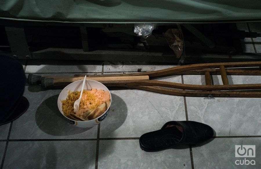 Comida que le traen los cubanos a Carlitos, el migrante hondureño. Foto: Irina Dambrauskas.