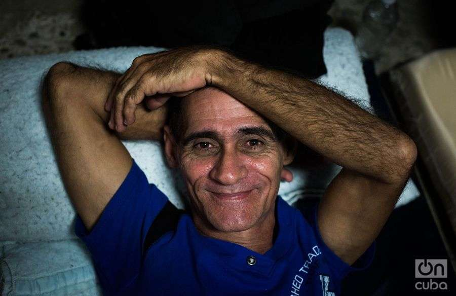 Migrante cubano se prepara para dormir en un colchón en el piso del refugio AMAR. Foto: Irina Dambrauskas.