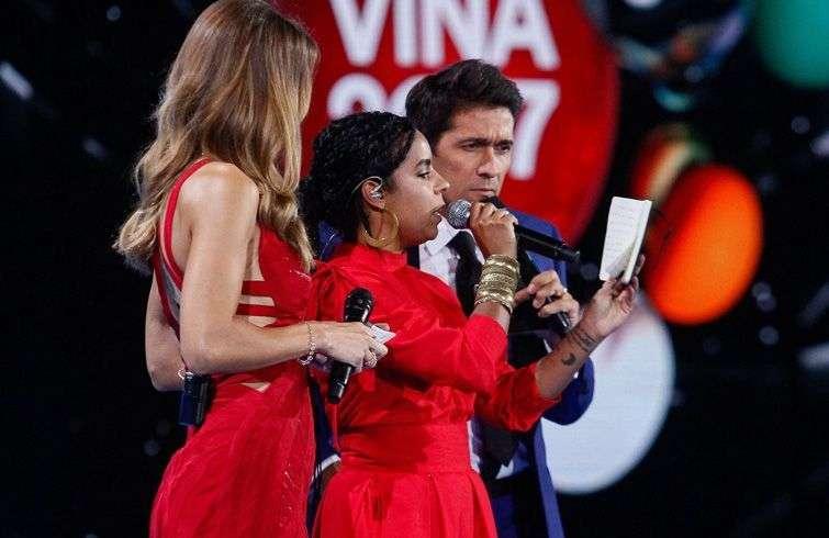 Danay Suárez lee un mensaje bíblico al público de Viña del Mar en la entrega de los premios. Foto: 24horas.cl.