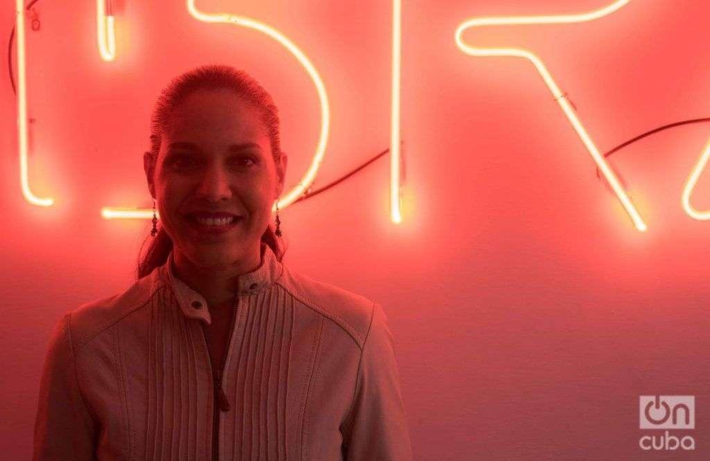 """Haydée Milanés en su casa. Al fondo, el neon del concierto """"Palabras"""", con canciones de Marta Valdés. Foto: Ismario Rodríguez."""