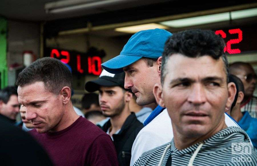 Cubans waiting. Photo: Irina Dambrauskas.