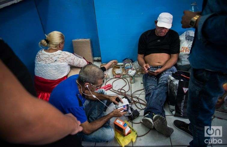 A local commercial establishment lends electricity to the Cubans so they can maintain their cell phones charged. Photo: Irina Dambrauskas.