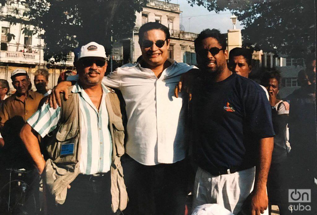 """Miguel Cancio, Amaury Pérez y Hugo Cancio durante el rodaje de """"Zafiros, Locura azul. Foto: Cortesía de Hugo Cancio."""