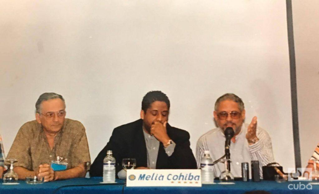 """Manuel Herrera, Hugo Cancio y Miguel Cancio en conferencia de prensa para presentar """"Zafiros, locura azul"""". Foto: Cortesía de Hugo Cancio."""