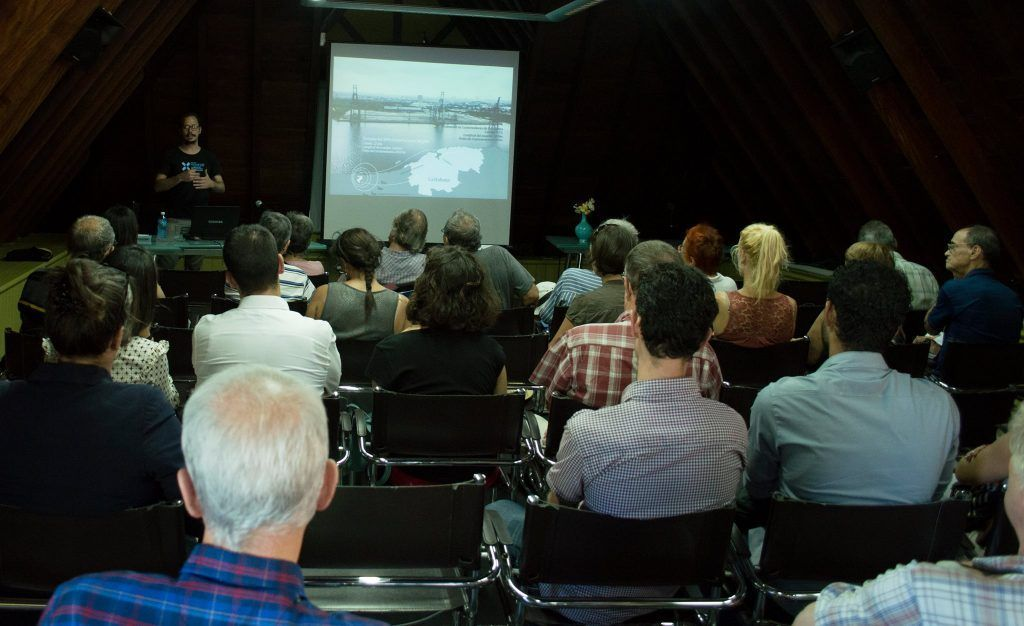 Conferencia sobre el Plan de Manejo de la Zona de Protección Bahía de La Habana imaprtida por el ingeniero Kiovet Sánchez, de la Oficina del Historiador. Foto: Luis Manuel Ruiz Morales.