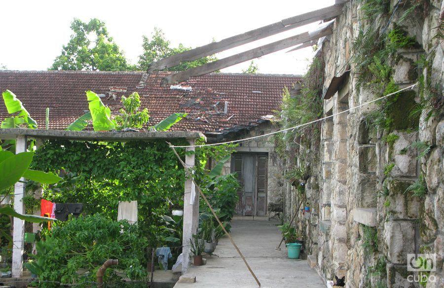 Antiguo barracón para trabajadores del central, hoy vivienda improvisada de varias familias. Foto: Yoe Suárez.