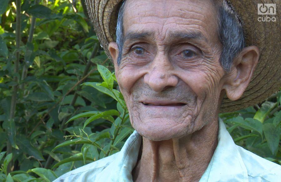Conrado Tasset ha pasado toda su vida cultivando café. Foto: Carlos Y. Rodríguez.