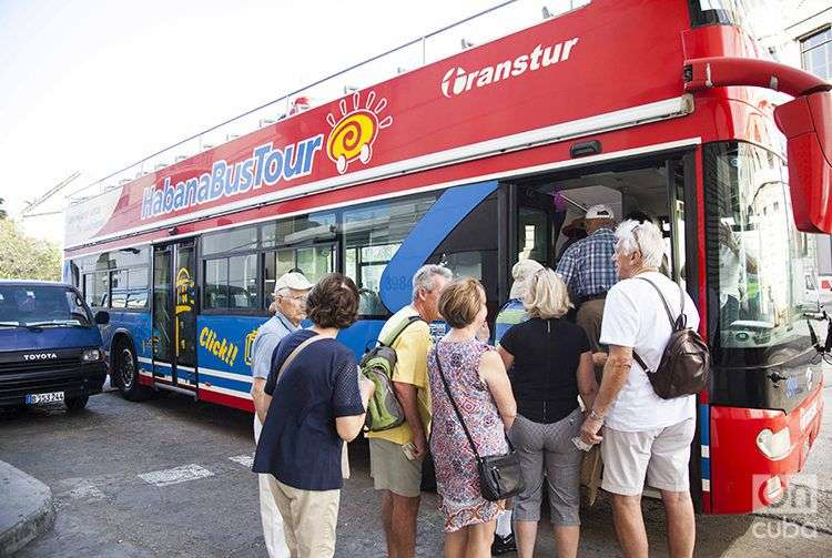 Viajeros llegados a La Habana desde EE.UU. en el crucero Marina de Oceania Cruises. Foto: Claudio Peláez Sordo.