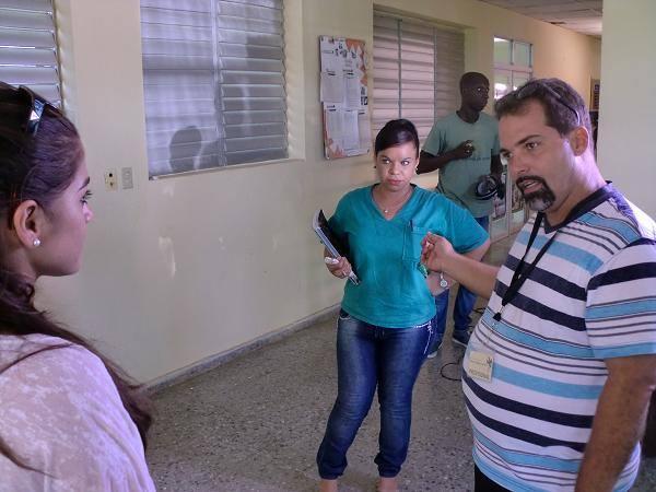 """El director Richard Abella (derecha) da indicaciones durante la filmación de """"Zoológico"""". Foto: Facebook."""