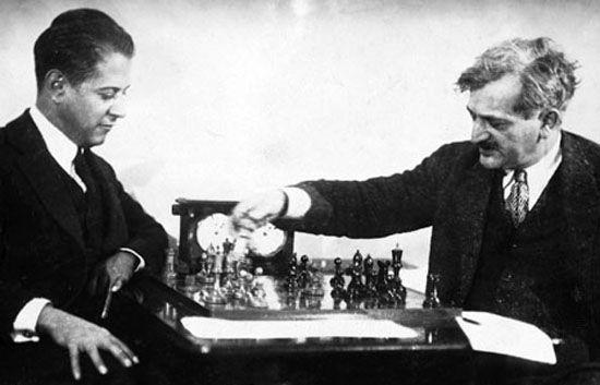 Capablanca (derecha) enfrentando a Emanuel Lasker.