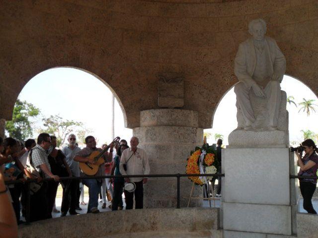 Trovadores en el cementerio Santa Ifigenia, de Santiago de Cuba. Al centro, con el sombrero en la mano, Lino Betancourt. Foto: musillatraviesa.bloguea.cu.