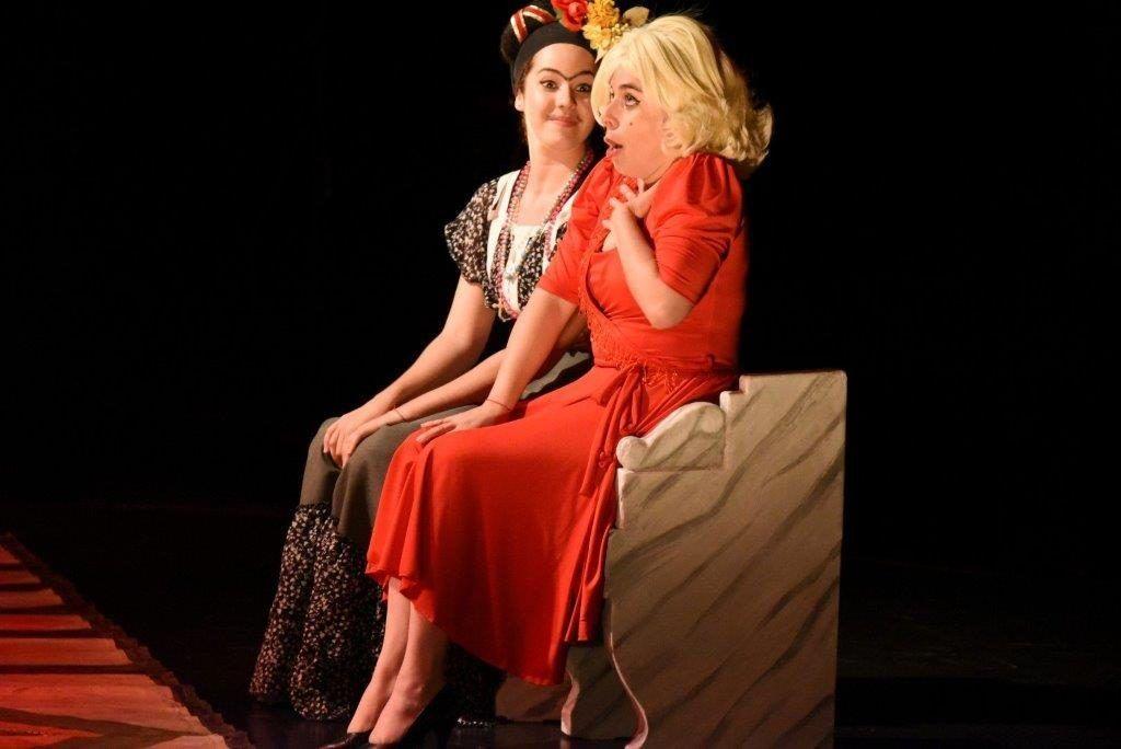 """""""Frida Khalo y Marilyn Monroe convertidas en interlocutoras se encuentran en un bar"""". Foto: Jorge Villa."""