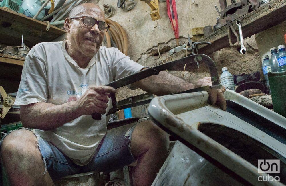 Roberto arregla lavadoras para mejorar su sustento. Foto: Otmaro Rodríguez.