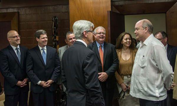 El gobernador Bryant (al centro) en su encuentro con el ministro Malmierca (derecha) . Foto: Marcelino Vázquez/ACN.