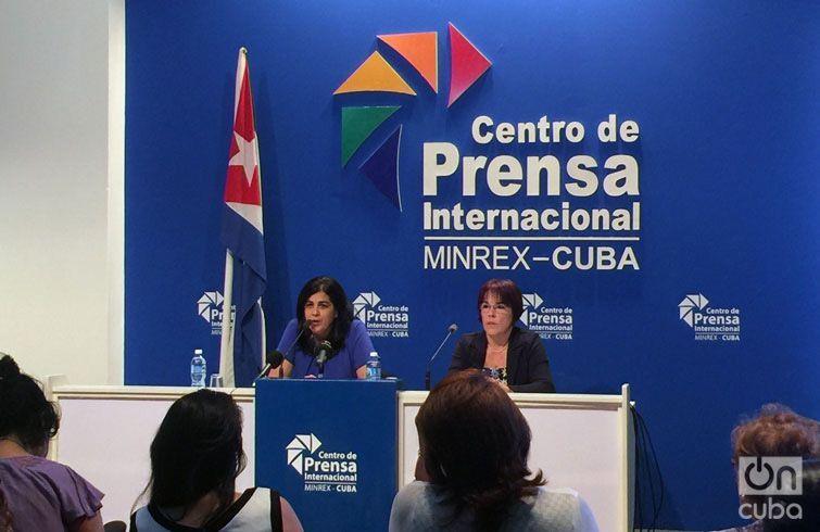 María del Carmen Orellana (en la mesa, a la izquierda), durante la conferencia de prensa sobre FITCuba 2017.