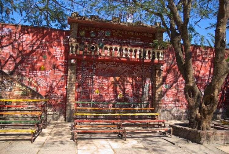Patio de El Mejunje, en Santa Clara. Foto: Follo: Tomada de www.lezumbalaberenjena.com