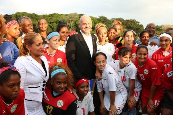 Infantino junto al equipo nacional femenino de fútbol. Foto: Mónica Ramírez / JIT.