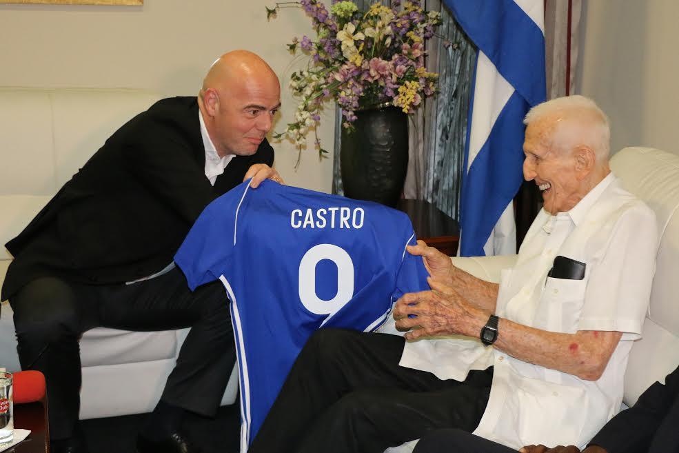 El presidente de la FIFA le obsequió esta camiseta al presidente cubano, Raúl Castro. Foto: Mónica Ramírez.