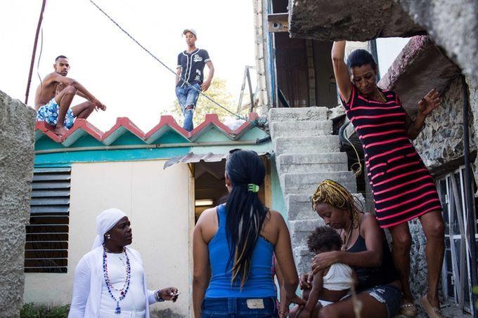 Marta (D) y Liset (C) en casa de Marta con sus hijos, mientras ambas se preparaban para partir en pocos días. Foto: Lisette Poole.