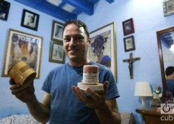 Carlos Moreno guarda en su casa los objetos para un museo de la cosmética en Cuba. Foto: Yander Zamora.