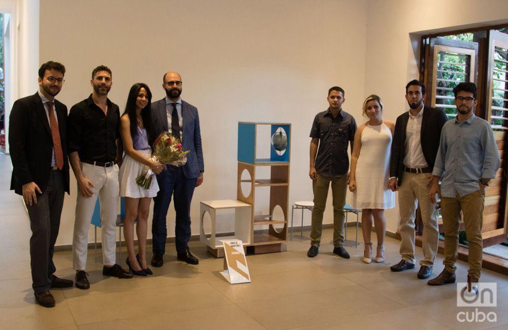 Amalia Martínez junto a Pino Fortunato y el resto de las finalistas del Concurso Design Havana. Foto: Ismario Rodríguez.