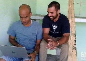 Víctor Manuel Moratón (izquierda) y Fabián Ruiz, el equipo de Ninja Cuba.