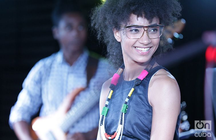 Esperanza Spalding accompanied by Yissy García in the Grand Theater of Havana's Tablao. April 27, 2017. Photo: Gabriel Guerra Bianchini.