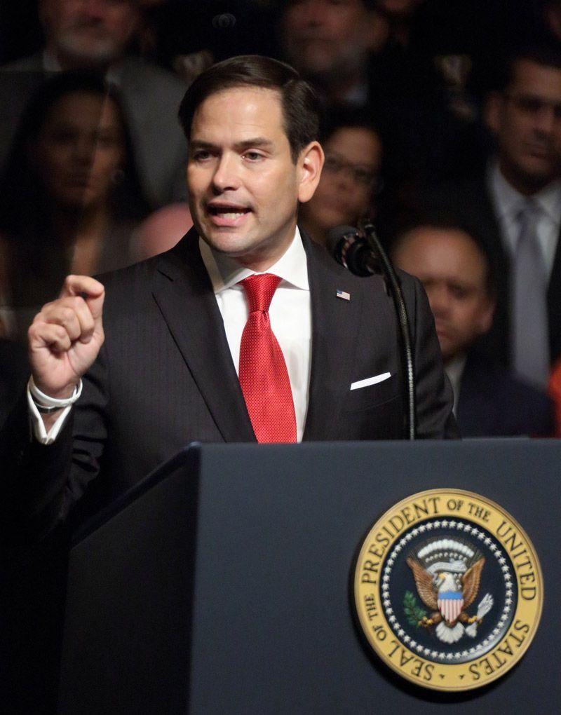 El Senador Marco Rubio habla antes de que el presidente Trump firme un memorando de seguridad nacional sobre Cuba, en el teatro Manuel Artime. Miami, Florida, hoy. Foto: Cristobal Herrera / EFE.