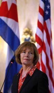La vicegobernadora de Minesota, Tina Smith, en rueda de prensa en La Habana. Foto: Alejandro Ernesto / EFE.