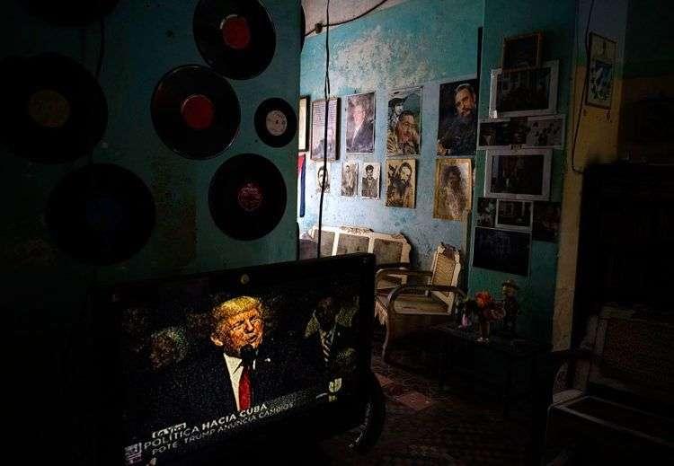 El discurso de Donald Trump este viernes en Miami, visto en una casa en La Habana. Foto: Ramón Espinosa / AP.