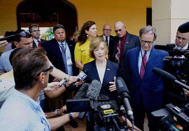 La vicegobernadora de Minnesota, Tina Smith, habla con periodistas tras reunierse con la presidente del Poder Popular de Mayabeque en San José de las Lajas, Cuba, el martes 20 de junio. Foto: Ramón Espinosa / AP.