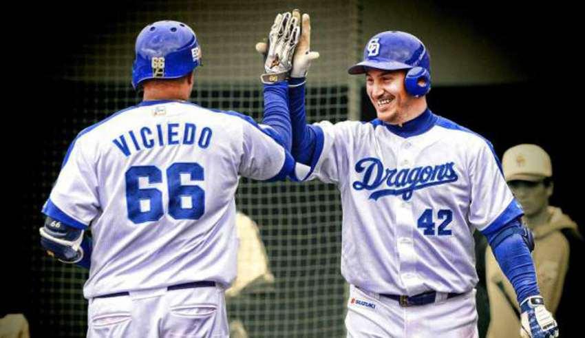 Guerrero (de frente) saluda al también cubano Dayán Viciedo. Foto: Béisboljaponés.com.