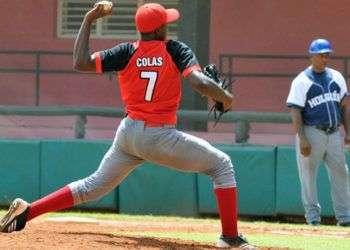 Oscar Luis Colás, lanzando, con su equipo Santiago de Cuba. Foto: Jorge Luis Guibert