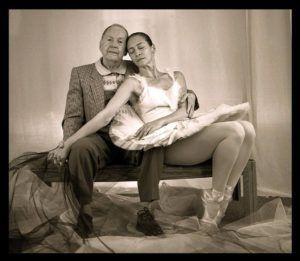 Fernando Alonso, fundador del Ballet Nacional de Cuba, posó con Charín, en su estudio durante su visita a Miami mediados de los noventa. Foto tomada del Nuevo Herald.
