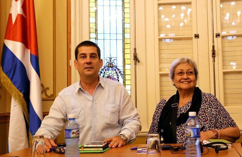 La experta de la ONU en Derechos Humanos y Solidaridad Internacional, Virginia Dandan (d) y el presidente de la Asociación Cubana de Naciones Unidas (ACNU), Fermín Quiñones (i), se reúnen hoy en La Habana. Foto: Alejandro Ernesto / EFE.