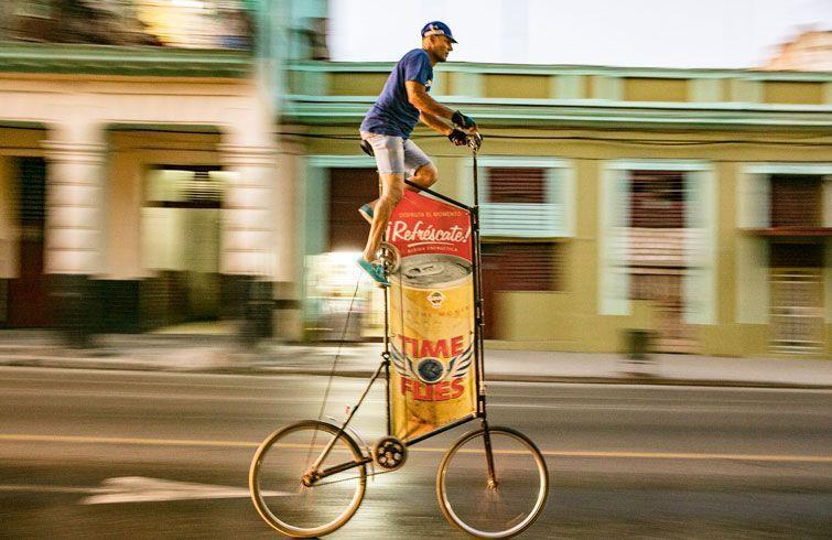 A diario se pasea desde La Lisa hasta la vieja Habana anunciando productor comerciales. Foto: Tod Seelie / BBC.