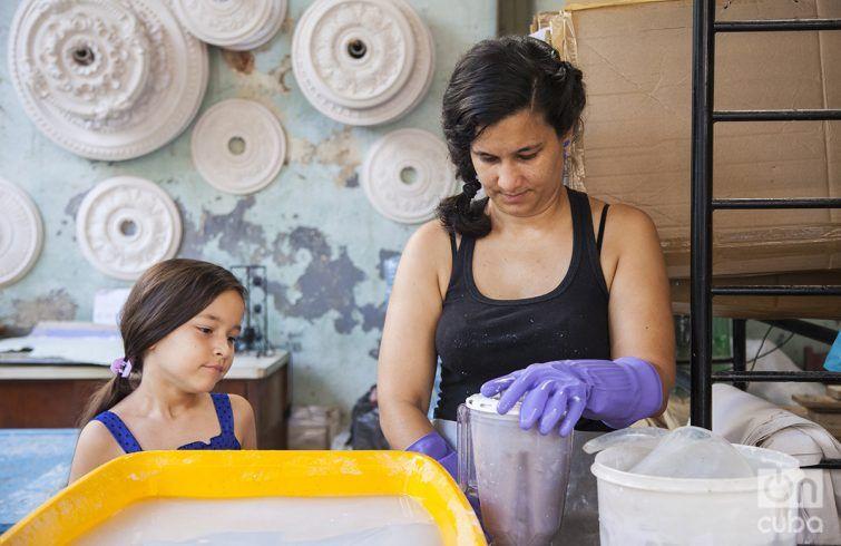 Yuyú and her daughter. Photo: Claudio Pelaez Sordo.