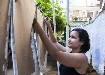 Yuyú es un emprendora cubano que fabrica papel. Foto: Claudio Peláez Sordo.