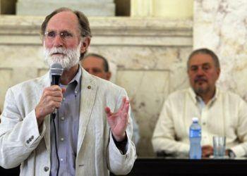 El Nobel de Química en 2003, Peter Courtland Agre, ofrece un discurso durante una ceremonia en la que se le otorgó la condición de Miembro Correspondiente de la Academia de Ciencias de Cuba. Foto: Ernesto Mastrascusa / EFE.