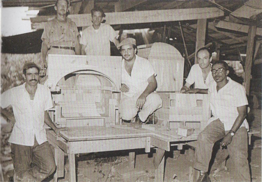 Roberto Gottardi (segundo de derecha a izquierda) en Cuba.Tomada del catálogo de la exposición.