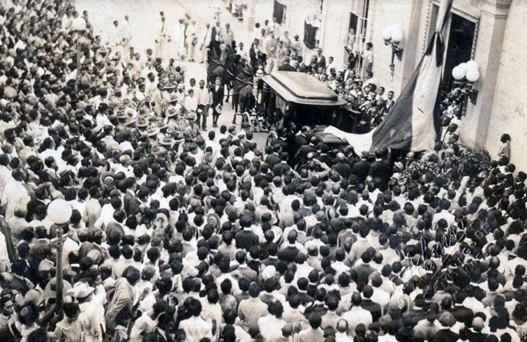 Momento en que el cortejo fúnebre de Emilio Bacardí se detiene en el Parque Céspedes. Foto: Archivo de Ignacio Fernández Díaz.